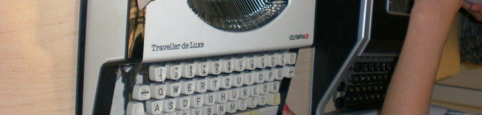 Das Bild zeigt eine Schreibmaschine der Marke Olympia