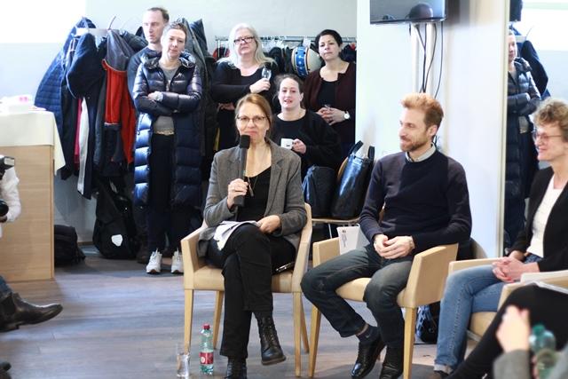 Anita Moser moderiert die Diskussion.