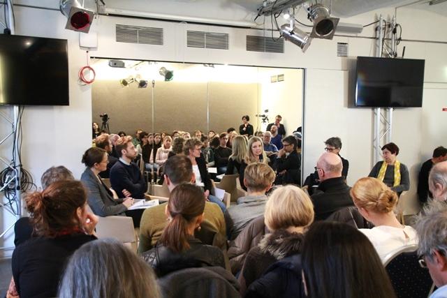 Auf dem Podium: Anita Moser, Bashir Khordaji, Eva Veichtlbauer, Yvonne Schmiderer, Martin Hochleitner, Angela Glechner. Davor Teile des Publikums