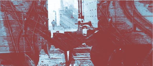 Zu sehen ist die Koppelung zwischen 2 Zugwagons, dahinter eine Stadt und ein Mensch. Das Bild ist künstlerisch verfremdet, großteils Rot und graublau