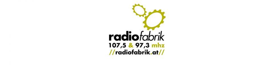 Logo Radiofabrik mit Zahnrädern, Frequenz und Webadresse