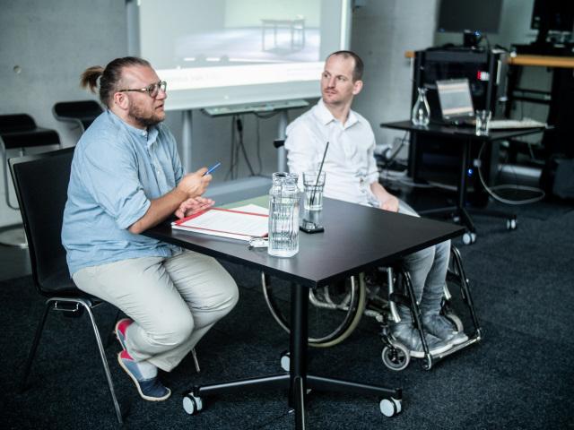 Persson Perry Baumgartinger (li.) moderierte und organisierte die Veranstaltung. Foto: Fabian Schober