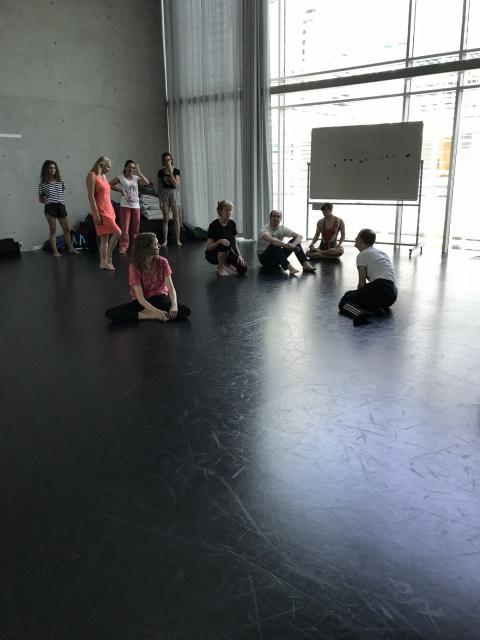 Michael Turinsky und Studierende im Tanzstudio