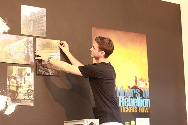 Einer der Studenten beim Aufbau der Ausstellung