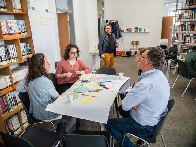 Die Gruppe beim Diskutieren darüber, wie im Kulturbereich gearbeitet wird. Foto: Fabian Schober