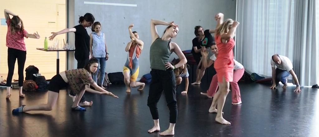 Eine Gruppe Personen tanzt in einem Tanzstudio