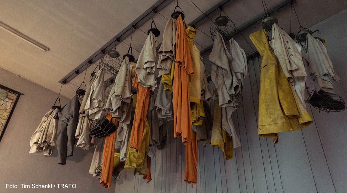 bergleutekleidung aufgehängt im museum