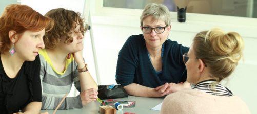 Ellen Roters im Gespräch mit Workshopteilnehmerinnen. Foto: Ute Brandhuber-Schmelzinger