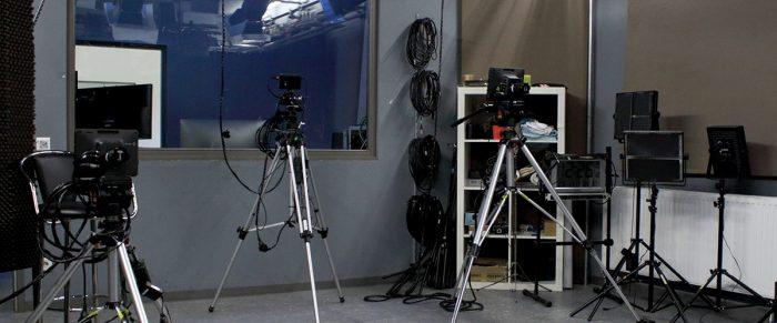 das studio von fs1 dem salzburger community tv von innen mit kameras und scheinwerfern