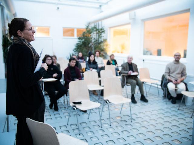 Anita Moser, verantwortlich für Konzeption und Organisation, spricht einführende Worte.