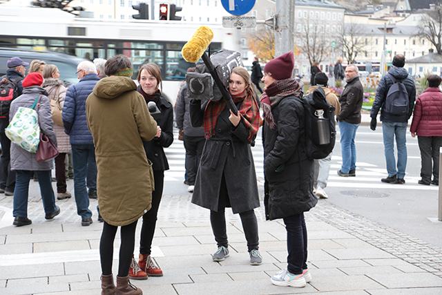 Interviews mit Passant*innen. Foto: Klaus Erich Dietl