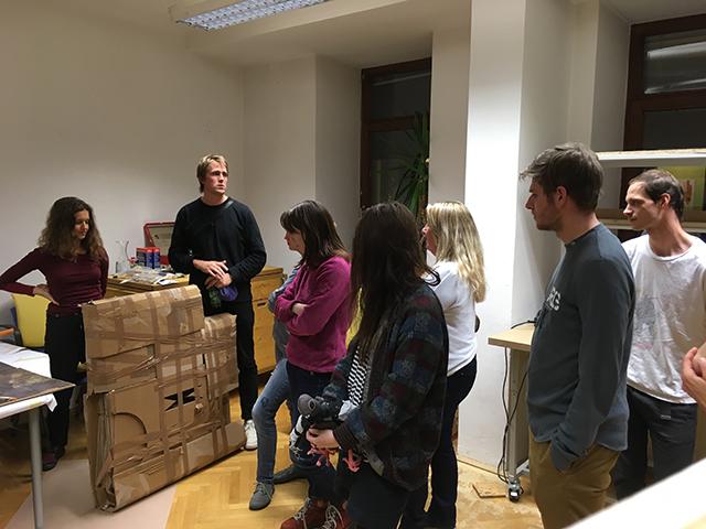 Vorbereitungsarbeiten. 2. von links Tomash Schoiswohl. Foto: Elke Zobl