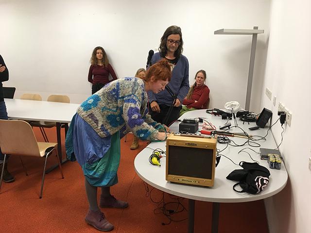 Vorbereitungsarbeiten mit Stephanie Müller und Klaus Dietl. Foto: Elke Zobl
