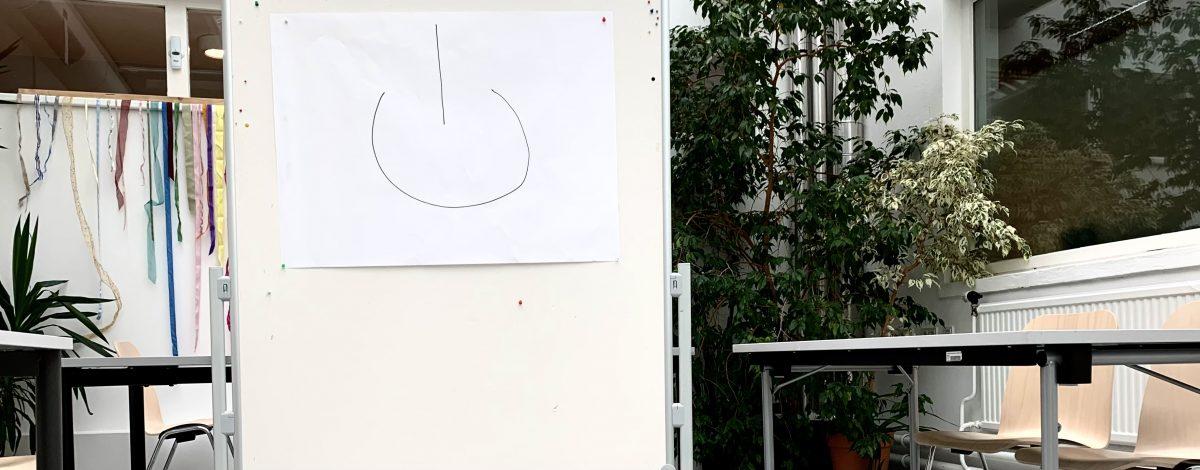 seminarraum mit whiteboard mit exitzeichen